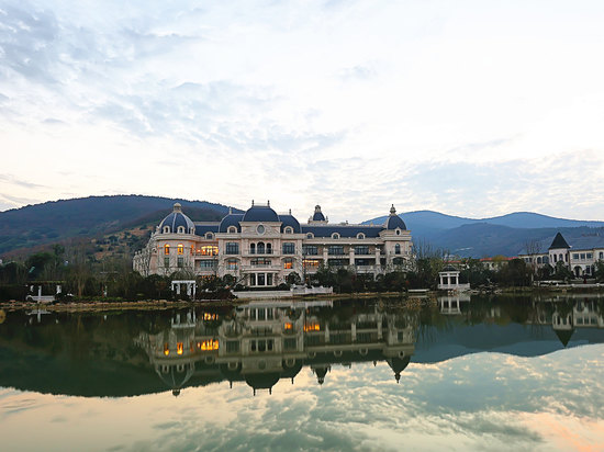 Rsun the Lakefort Hotel